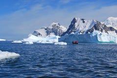 Lodowy pływać statkiem w Antarctica Obrazy Stock