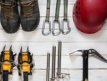 Lodowy pięcia i podróży wyposażenie na drewnianym tle Zdjęcie Stock