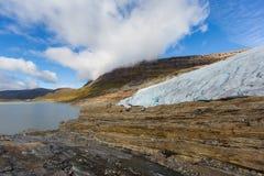 Lodowy przód Svartisen lodowiec w Norwegia z jeziorem Zdjęcie Stock
