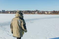 Lodowy rybak na zimy jeziorze obrazy stock