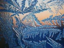 Lodowy wzór na zimy szkle w mrozie przy zmierzchem Lodowy wzór na szkle strzela w makro- Lodowy wzór na szklanym spojrzeniu futur Obrazy Stock