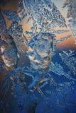 Lodowy wzór na zimy szkle w mrozie przy zmierzchem Lodowy wzór na szkle strzela w makro- Lodowy wzór na szklanym spojrzeniu futur Zdjęcia Stock