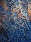 Lodowy wzór na zimy szkle w mrozie przy zmierzchem Lodowy wzór na szkle strzela w makro- Lodowy wzór na szklanym spojrzeniu futur Zdjęcie Royalty Free