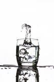 Lodowy zrzut w szkło robi dziwacznej kształt wodzie woda Fotografia Royalty Free