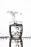 Lodowy zrzut w szkło robi dziwacznej kształt wodzie woda Obraz Stock