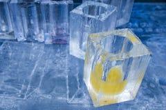 Lodowych bloków szkła w lodowym hotelowego baru pubie zdjęcia stock