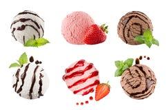 Lody łyżkuje kolekcję sześć piłek, dekorujący pasiasty czekoladowy kumberland, nowi liście, plasterek truskawka Odizolowywający n Obraz Royalty Free