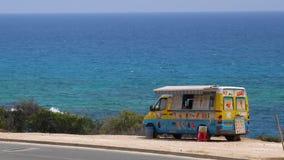 Lody autobus na plaży Barwi autobus z lody blisko morza na gorącym dniu zdjęcie wideo