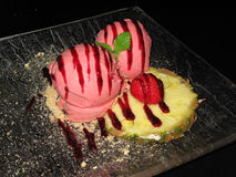 Lody, czekolada, truskawka, ananas Zdjęcie Royalty Free