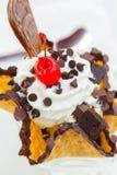 Lody doprawiał czekoladową, słodką czereśniową czerwień i zimnymi i crispy z goframi zdjęcie stock