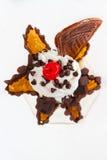 Lody doprawiał czekoladową, słodką czereśniową czerwień i zimnymi i crispy z goframi zdjęcia royalty free