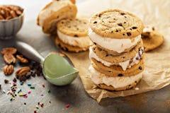 Lody kanapki z czekoladowego układu scalonego ciastkami zdjęcia stock