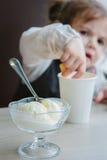 Lody na stole i małej dziewczynce na tle Obrazy Stock