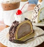Lody tortowa czekolada i czerwieni wiśnia Zdjęcie Royalty Free