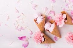 Lody w gofra rożku na lekkim tle kremy tła lodu pojedynczy truskawkowy white Kwiaty w gofra rożku Różowi goździki Kwiaty na wo fotografia royalty free