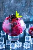 Lody, wiśnia, malinka, truskawka, cranberry, czerwony sorbet, miarka, czerni kamienny tło Kopia, tekst przestrzeń obrazy royalty free