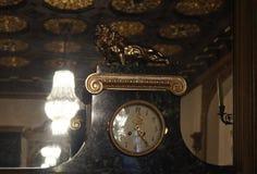 Lodz Polen Israel Poznanski slottklocka med lejonet i ebenholtssvart rum royaltyfri foto