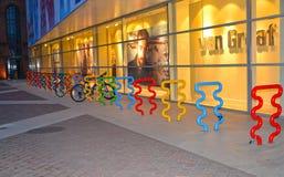 Lodz, Pologne La bicyclette se garant au sujet du centre commercial Images libres de droits