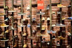 Lodz, Pologne Vente dans la boutique des chaussures des hommes Photo stock