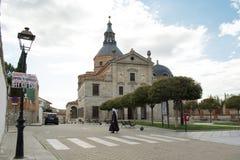 LOECHES, MADRID, SPANIEN - 28. APRIL 2016: Front Door von erklärt vom kulturellen Kloster der Interessen-Unbefleckten Empfängnis Stockfotografie