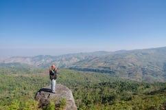 LOEI泰国- 1月17 :旅游满意对您的参观phu 免版税库存照片