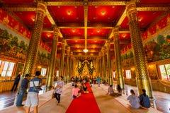 LOEI, ТАИЛАНД 28-ОЕ ИЮНЯ: Золото Будда в виске Neramit Wipatsana Стоковое Изображение RF