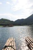Loei 11月15日在槐Krathing的浮游物木筏有未认出的p的 免版税库存图片