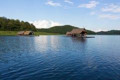 Loei 11月15日在槐Krathing的浮游物木筏有未认出的p的 库存照片