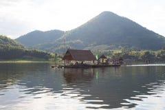 Loei 11月15日在槐Krathing的浮游物木筏有未认出的p的 图库摄影
