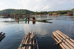 Loei 11月15日在槐Krathing的浮游物木筏有未认出的p的 免版税图库摄影