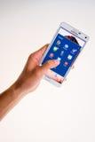 LOEI, Tailandia - 2 de julio de 2015: El teléfono elegante de Android con medios usos sociales en la pantalla, los medios sociale Imagen de archivo
