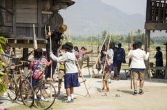 LOEI, THAILAND - FEBRUARI 21: Thais studentenbezoek en onderwijsreis bij etnisch het museumhuis van Tai Dam en speeltraditiespel Royalty-vrije Stock Foto