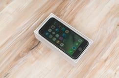 Loei Thailand November 07, 2016: Ny Apple iPhone 7 unboxing n Royaltyfri Fotografi