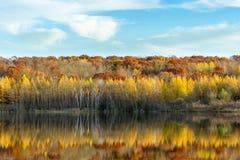Loew在充分的秋天颜色的湖反射 库存照片