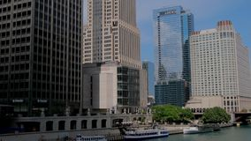 Loews-Turm bei Chicago River - CHICAGO, VEREINIGTE STAATEN - 11. JUNI 2019 stock video