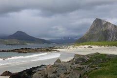 Lofoten海滩和山在一个雨天 免版税库存图片