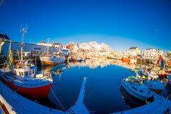 LOFOTEN,挪威, 2018年4月, 10日:江边港口的风景看法在Henningsvaer在冬天,是一个渔村 免版税库存图片