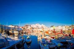LOFOTEN,挪威, 2018年4月, 10日:江边港口的风景看法在Henningsvaer在冬天,是一个渔村 库存图片