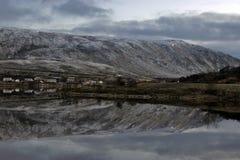 Lofoten öar - berg reflekterade i en sjö arkivbild