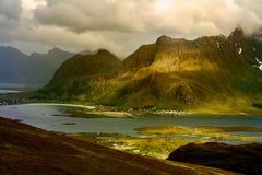 Lofoten berg med spektakulärt solljus på den Fredvang bron, Norge royaltyfri foto