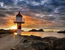 Lofoten, côte de coucher du soleil et phare Photos stock
