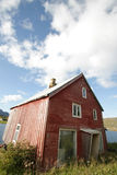 lofoten det blåa molniga huset för stranden s-skyen Royaltyfria Bilder