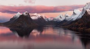 Lofoten-Fjord, Norwegen lizenzfreie stockfotos