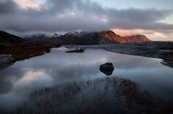 Lofoten-Fjord, Norwegen lizenzfreies stockfoto