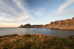 Lofoten Meer und Berge von Vaeroy, Lofoten in Norwegen Lizenzfreie Stockfotos