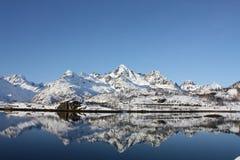 Lofoten, montañas que reflejan en agua. imagenes de archivo