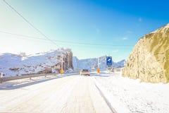 LOFOTEN, NOORWEGEN, 10 APRIL, 2018: Openluchtmening van bevroren straat met een informatief teken van de snelheid van de cameraop Stock Afbeelding