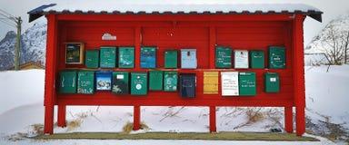 LOFOTEN, NOORWEGEN - MAART 30, 2017: Traditionele brievenbussen in het bergdorp van Noorwegen op 30 Maart, 2017 in Lofoten-Eiland Royalty-vrije Stock Fotografie
