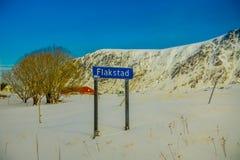 LOFOTEN, NORUEGA, ABRIL, 10, 2018: La vista al aire libre de informativo firma adentro la estructura metálica situada en la nieve Foto de archivo libre de regalías