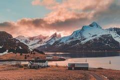 Lofoten Noruega, casas por el agua en Strömsnes Imagen de archivo libre de regalías